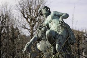 Triton raubt Nymphe: Ewiges Kidnapping an einem Brunnen im Volksgarten