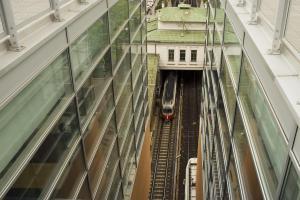 Blick von der Hauptbücherei am Gürtel auf die darunterliegende U-Bahn-Station