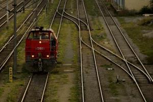 Blick auf die Gleise der Westbahn von der Schmelzbrücke aus